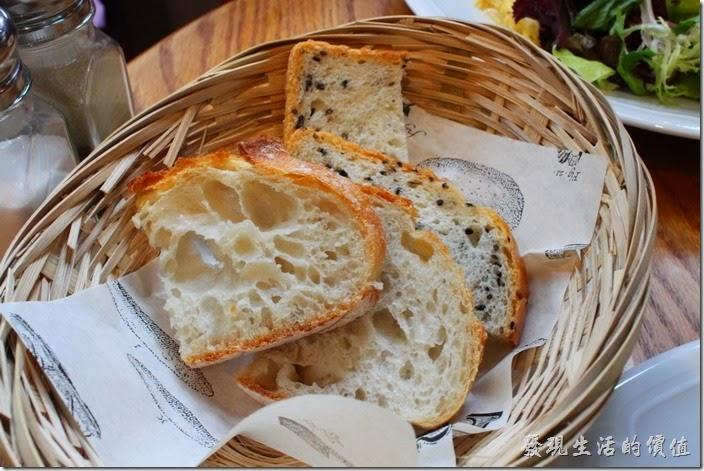 台北-PAUL早午餐。這是店家贈送試吃的麵包,一個人兩片。這應該是法國桿子麵包切片,下面兩片有加了芝麻,不錯吃,但我覺得還是要稍微烤過比較好吃,習慣了嘛!現在咬起來跟山東大餅一樣帶勁。