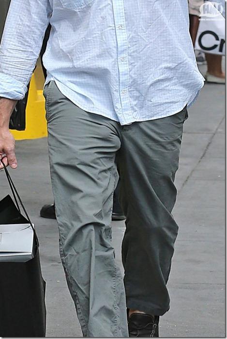 Ator sai sem cueca e deixa a marca do pênis aparecendo por baixo das calças_6