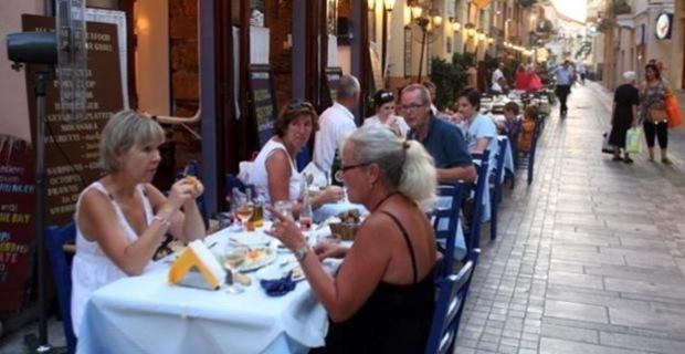 Ειδικό σήμα για τα εστιατόρια που θα περάσουν στις τιμές τη μείωση του ΦΠΑ