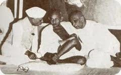 नेहरू और पटेल के साथ गांधी