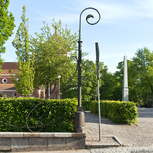 Stolpe utanför Dekanhuset i Odinslund