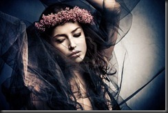 11687837-donna-in-ballo-movimento-sotto-il-velo-nero-con-corona-di-fiori-nei-capelli