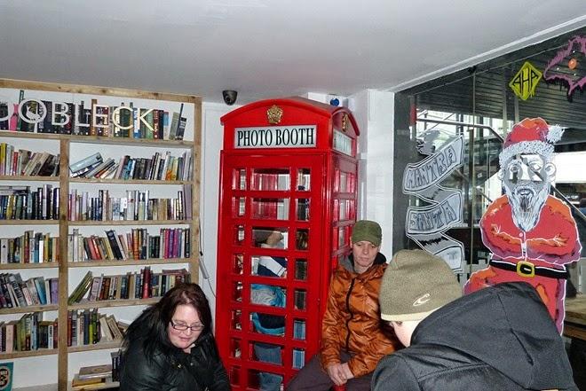 Custard Factory, Birmingham, телефонная будка и книжные полки в кафе