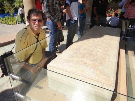 17. Mormantul lui Hafez.JPG