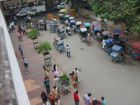 Imagini Delhi: Taxiuri insistente ... e obligatoriu sa mergi cu ricsa chiar si pana peste strada .JPG