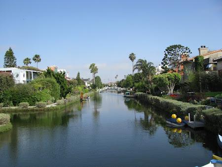 Plaja Venice Beach de langa Los Angeles: La 200m de ocean avem canale.JPG