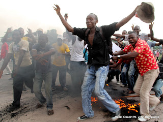 Des partisans de lUDPS  le 26/11/2011 le long du boulevard Lumumba  Kinshasa, lors de larriv dEtienne Tshisekedi en provenance du Bas-Congo. Radio okapi/ Ph. John Bompengo