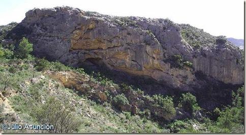 Paredón calizo donde está la Cueva de Les Dones