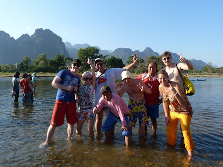 Gasca vesela: sosire in Vang Vieng