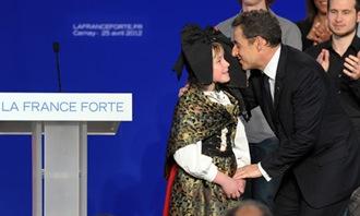 Nicolas-Sarkozy-kisses-a--008