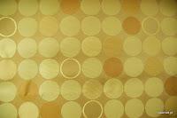 Ekskluzywna trudnopalna tkanina w kółka. Na zasłony, poduszki, narzuty, dekoracje. Złota, brązowa.
