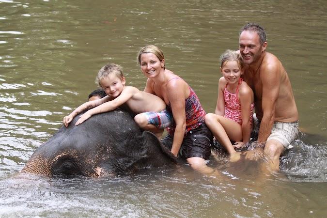 Imagini Thailanda: pe elefant in rau, Patara, Thailanda