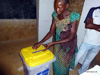 Une lectrice vote dans un bureau de vote  Matadi (Bas-Congo), le 28 novembre 2011. Radio Okapi