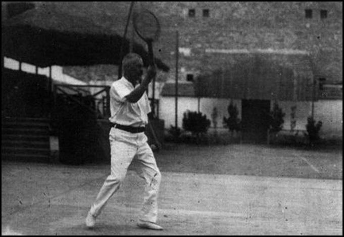 Faulcombridge jugando al tenis en el huerto del Santisimo a principio de siglo XX
