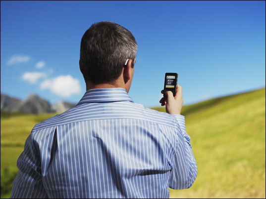 Man_with_Epoq_and_mobile_phone_300