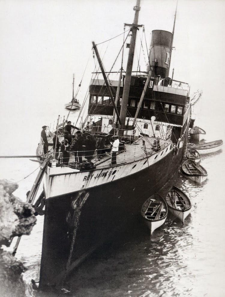Vista desde proa de la imponente varada del REY JAIME II. Del libro Menorca. Record d´un Temps. Febrero de 1933.jpg