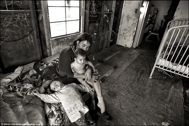 A U.S. family living in poverty. Photo: Steve Liss / AmericanPoverty.org