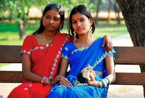 Thiếu nữ Ấn Độ chụp ảnh lưu niệm khi thăm lăng Humayun