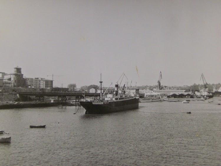 Cargadero de El Astillero. El vapor ITA a la carga. Foto colección de Francisco Garcia Marin.JPG