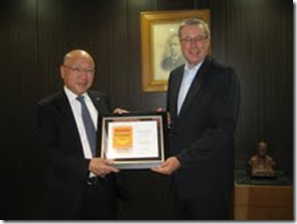Don Burns, Kodak's Business Development Director for Media, presents the 5 Diamond Award to Kunio Suzuki, President and CEO of Mitsubishi Paper Mills at their headquarters in Tokyo.