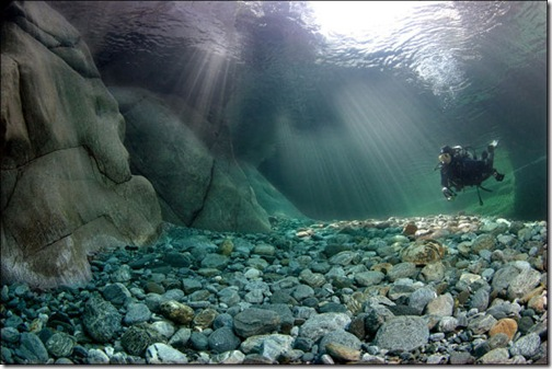 incredibly_clear_waters_of_the_verzasca_river_640_03