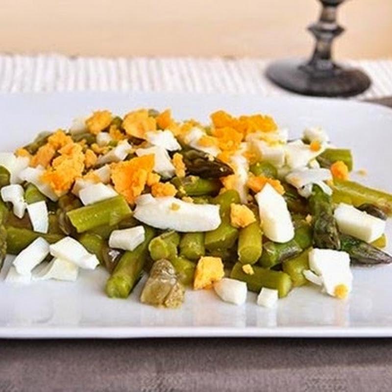 Σαλάτα με σπαράγγια και αυγά