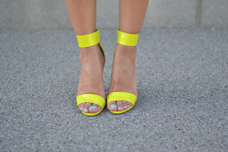 H&amp;M sandals, H&amp;M, H&amp;M neon, H&amp;M neon sandals, Le Vernis Chanel, Chanel, Chanel nailpolish