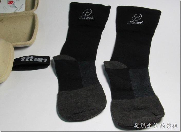 這款「抗菌除臭襪」在足弓、足背、腳跟、腳趾以及足踝的地方分別採用了不同的紡織織法,有的織法是為了增加透氣,有的則是為了讓襪子不易滑動。