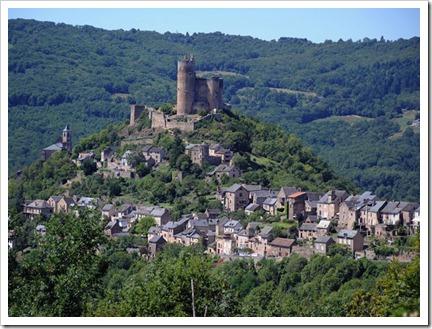 O Castelo de Najac, localizado no alto de uma rocha