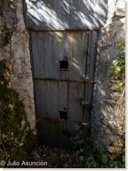 Cova d´En Pardo - Puerta de hierro que cierra la entrada