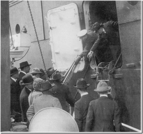 Olympic na chegada a Nova York. A porta do lado direito está no convés E e foi aberto para os membros da imprensa embarcarem no navio