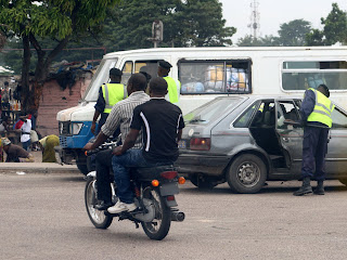 Une vue de taxi moto sur une des avenues de Kinshasa/RDC, le 06/02/2012. Radio Okapi/Ph. Aim-NZINGA