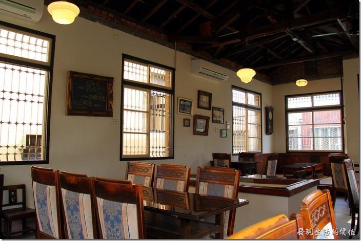 台南-鹿角枝老房子咖啡。鹿角枝二樓的景象,仔細看天花板使用木頭梁柱。