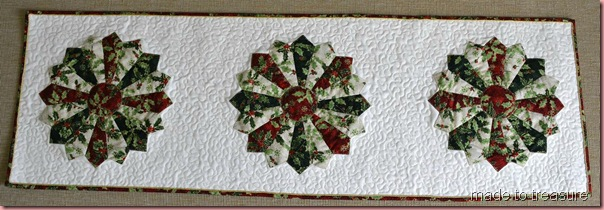 quilted dresden plate christmas runner