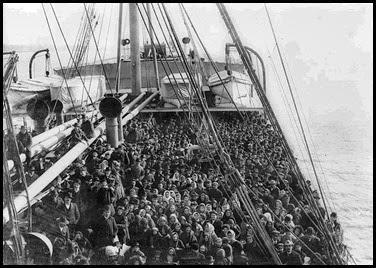Immigrati sulla nave in attesa di essere traghettati a Ellis Island