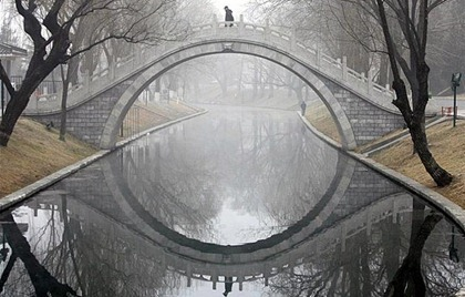 bridge-reflection-in-water-makes-complete-circle-783x500