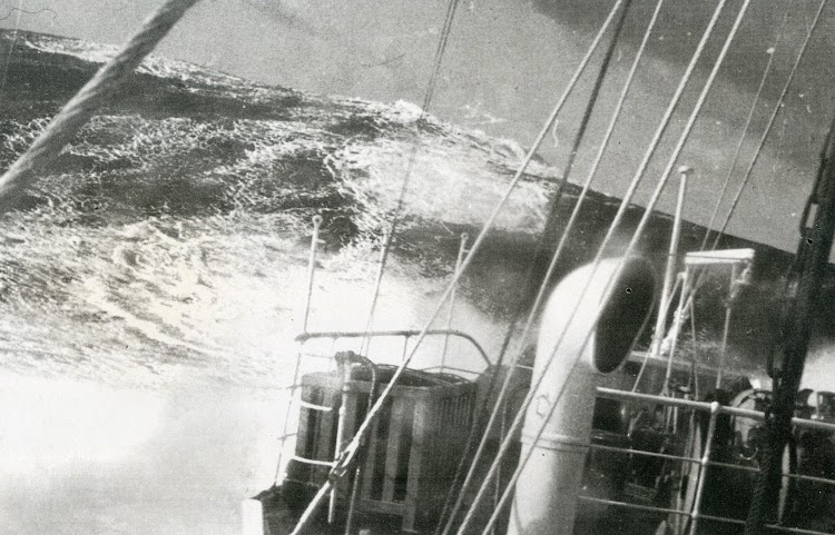 Motonave CIUDAD DE ALGECIRAS en el canal de Menorca. Foto de la enciclopedia Geografia e Historia de Menorca. Tomo I.jpg
