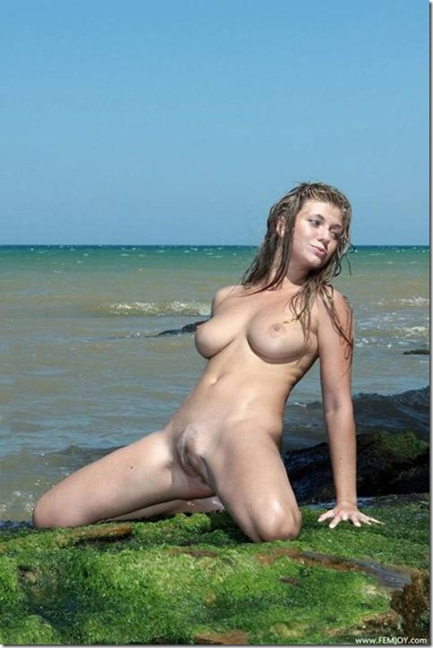 Loira Molhadinha Na Praia E Nua