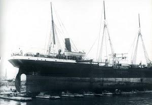 En reparacion en el dique flotante y deponente de Barcelona. Foto CDM. Museu Maritim de Barcelona. Del libro LA GUERRA SECRETA DEL MEDITERRANI..jpg