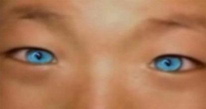 Menino chinês de olhos azuis
