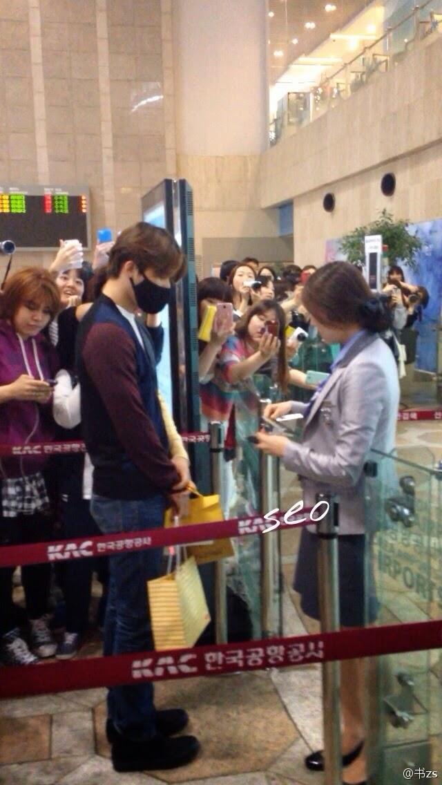 Big Bang - Gimpo Airport - 02may2014 - Dae Sung - Fan - Seo - 01.jpg