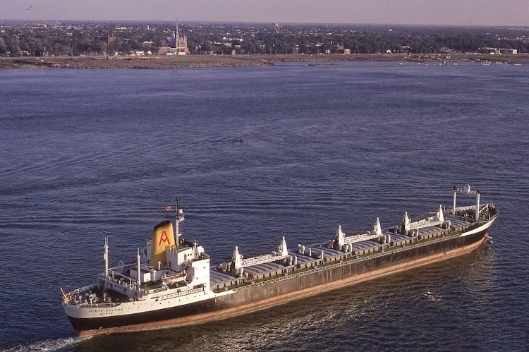 El MONTE ZALAMA en Montreal. De la web Shipspotting. Foto Rene Beauchamp. 23 de septiembre de 1971.jpg