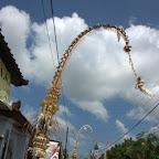 Strassenschmuck in Denpasar zum höchsten Feiertag des Balinesischen Hinduismus