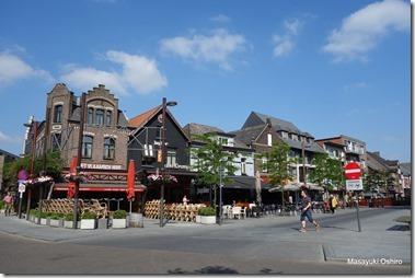 街の中心のレストラン・カフェの並ぶ通り