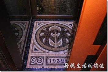 台南林百貨的電梯內其實有點小,最多大概只能容納6~8人,電梯內的地板上還鋪上馬賽克磁磚,還有1932的字樣,這也是林百貨當年開幕的西元年代,天花板則採用類似萬花筒的圖案。