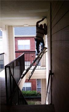 Invenção Perigosa - Trabalhando com escada - Profissão perigo - muito arriscado 01