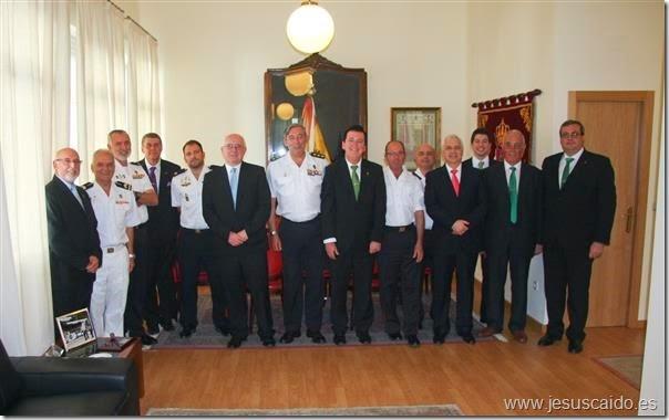 Fotografía de grupo de la representación de la Cofradía y los mandos de la Agrupación de Infantería de Marina (Foto AGRUMAD)