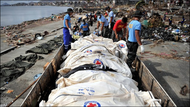 Corpses are collected and loaded on trucks to be taken to mass graves in typhoon-ravaged Tacloban city in the Philippines on 16 November 2013. Photo: CNN