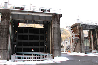 右岸にある取水口のローラーゲート