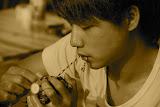 Shanghai - Marché poisson - Jeune homme au crabe sepia